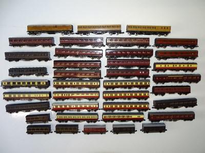 Lot 40 - A large quantity of N Gauge passenger coaches...